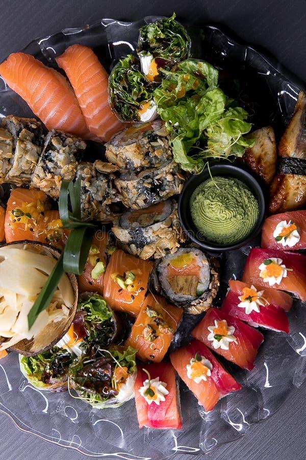 可口鱼食物新鲜的日本日本柠檬物质原始的海运 设置卷用酱油、烂醉如泥的姜、山葵和筷子 库存照片