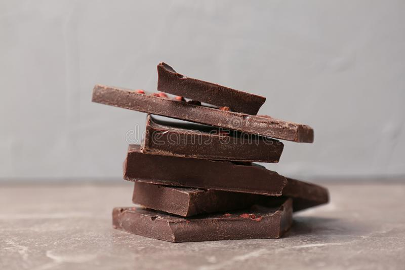 可口黑暗的巧克力片断  免版税库存图片