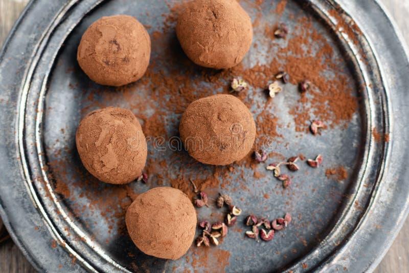 可口黑暗的巧克力糖块菌用在黑暗的背景,顶视图的四川胡椒 免版税图库摄影