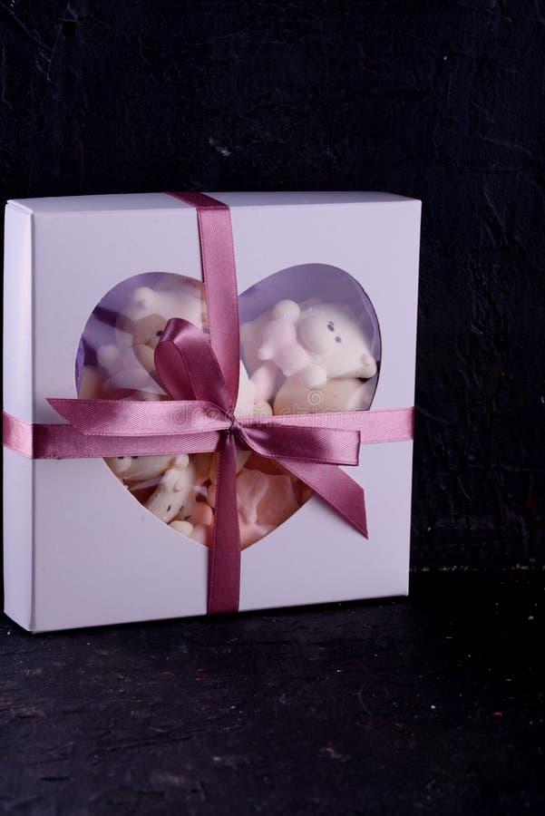 可口,开胃,pikatny点心 在箱子的点心 在包裹的款待与磁带 库存照片