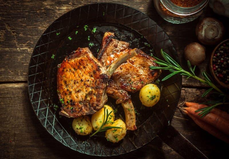 可口经验丰富的平底锅油煎的猪肉炸肉排 图库摄影