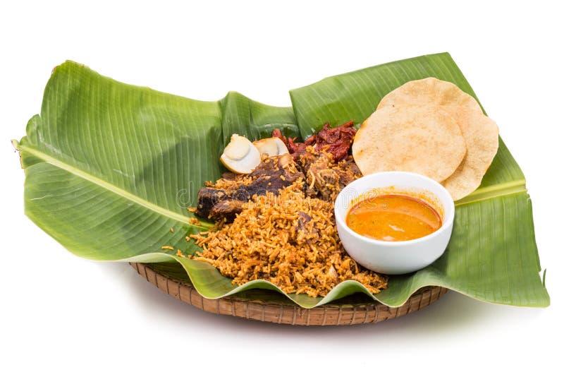 可口nasi briyani膳食用羊肉, dhal在香蕉叶子 免版税库存图片
