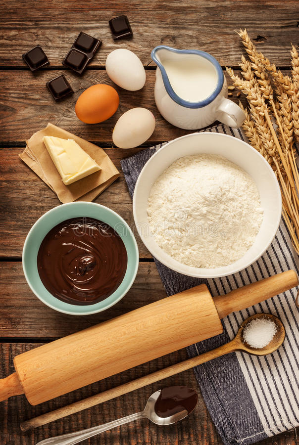 可可浆蛋糕-在葡萄酒木头的食谱成份 库存照片
