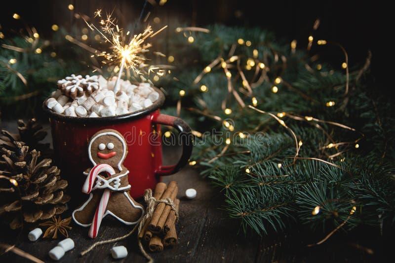 可可粉或热巧克力用蛋白软糖在土气桌上 圣诞节或新年构成 有棒棒糖的姜饼人 库存图片
