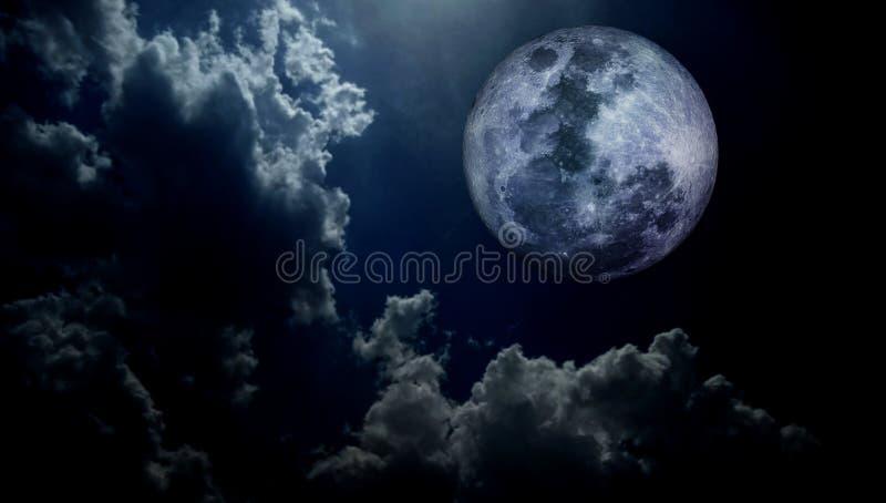 可怕云彩有月亮织地不很细背景 免版税图库摄影
