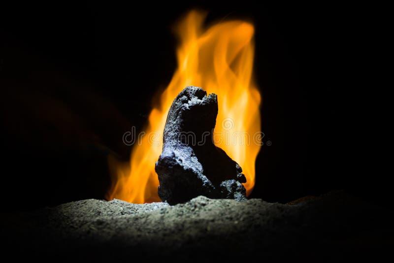 可怕图恐怖剪影在晚上 女性邪魔 邪魔来 恶魔或妖怪形象Slhouette在背景的  免版税库存照片