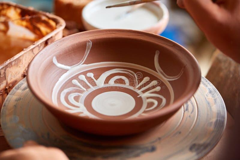 可怕在一个木架子的面孔象手工制造陶瓷工杯子,特写镜头, shellow景深 免版税图库摄影