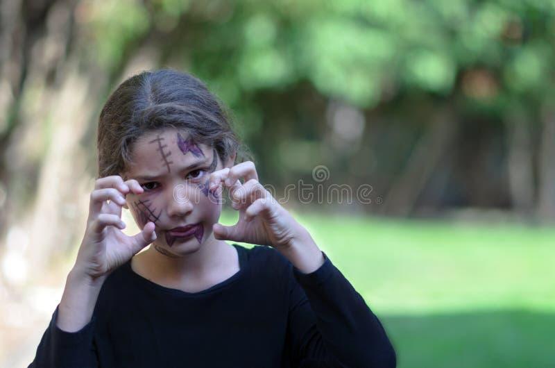 可怕小女孩准备好在万圣夜 库存图片