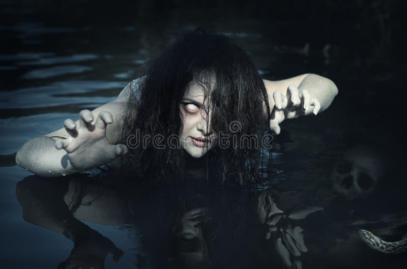 可怕的死的鬼魂妇女在水中 库存照片