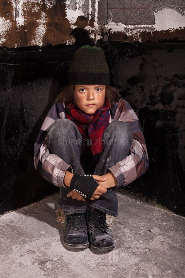 可怜的叫化子孩子坐街道 免版税库存照片