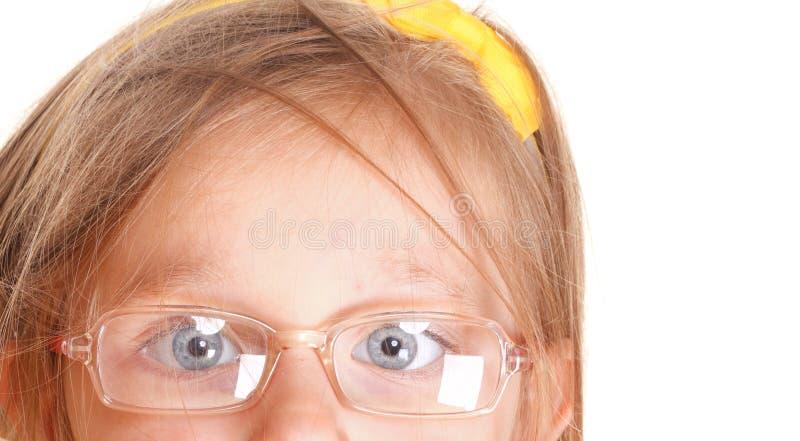 可怜的在白色隔绝的眼力女孩佩带的玻璃 免版税库存照片