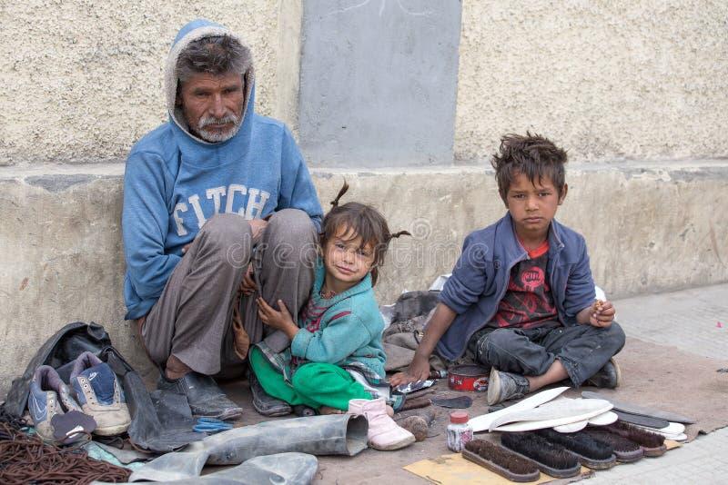 可怜的家庭在Leh,印度 免版税库存照片