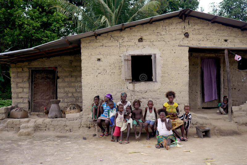 可怜的家庭他们的房子外在塞拉利昂,非洲 免版税库存照片