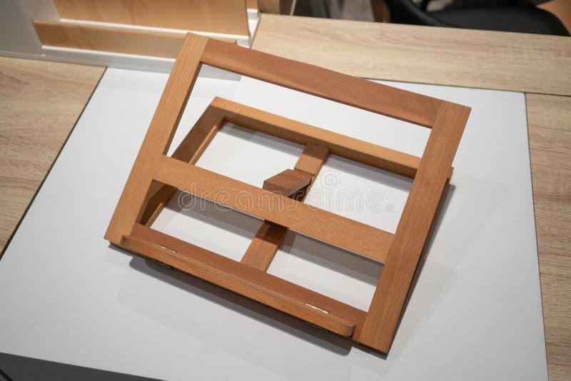 可折叠的木画架或绘画艺术委员会 免版税库存照片