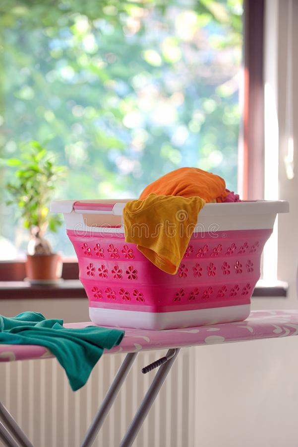 可折叠硅树脂洗衣篮 免版税图库摄影