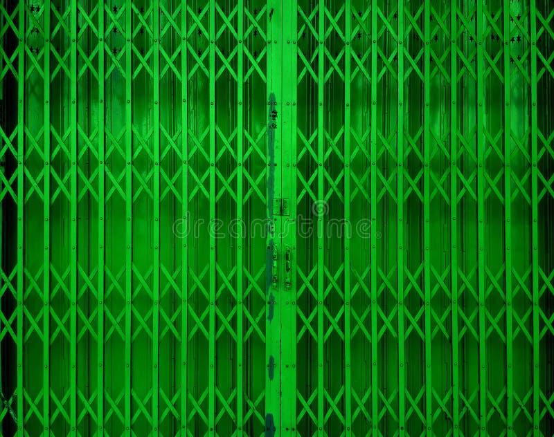 可撤回的可折叠绿色门门 免版税库存图片