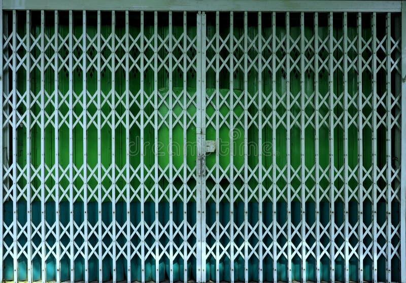 可撤回的可折叠绿色门门 图库摄影
