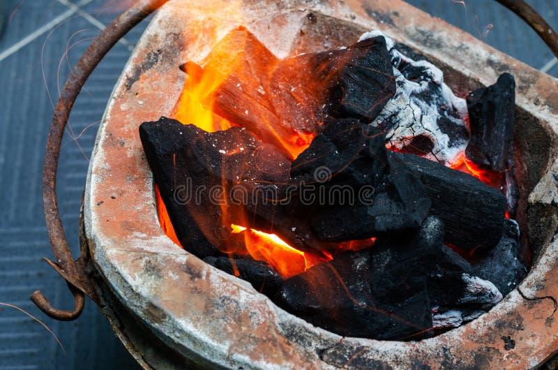 可燃烧的木炭有火焰在格栅 库存图片