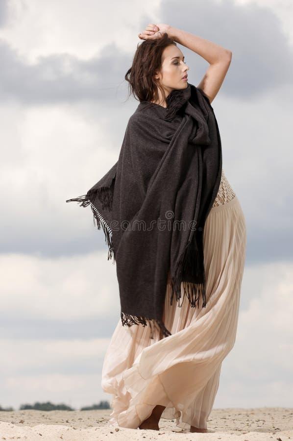可爱和淫荡妇女在沙漠 图库摄影