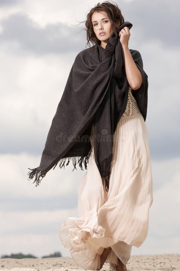 可爱和淫荡妇女在沙漠 库存图片
