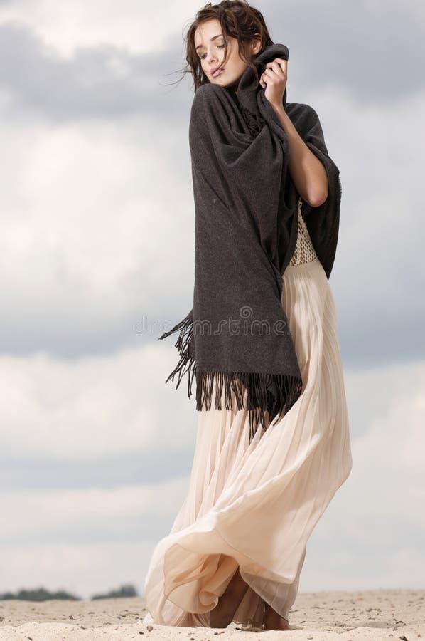 可爱和淫荡妇女在沙漠 免版税图库摄影