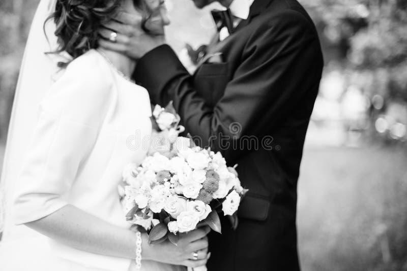 年轻可爱和cheerfull婚礼夫妇 库存照片