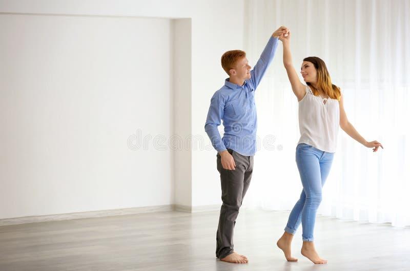 可爱夫妇的跳舞 免版税图库摄影