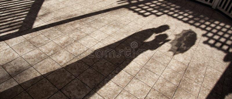 可爱婚姻夫妇拥抱的阴影 免版税库存照片