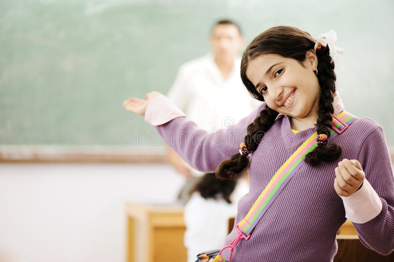 可爱微笑我的学校的女小学生欢迎 免版税库存照片