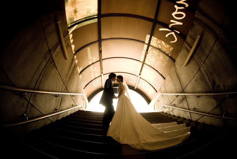 可爱新娘的新郎 免版税库存图片