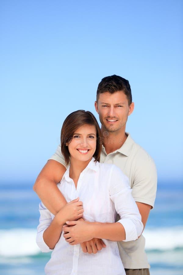 可爱海滩的夫妇 图库摄影