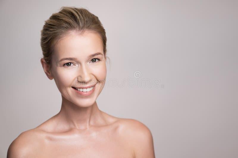 可爱的中年金发碧眼的女人妇女秀丽画象  免版税库存图片