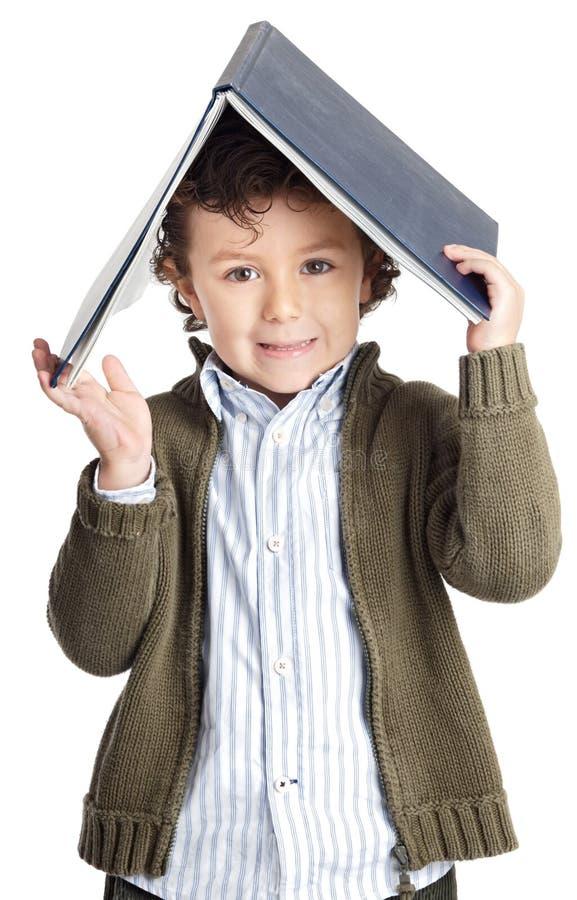 可爱的书男孩读取 免版税库存图片