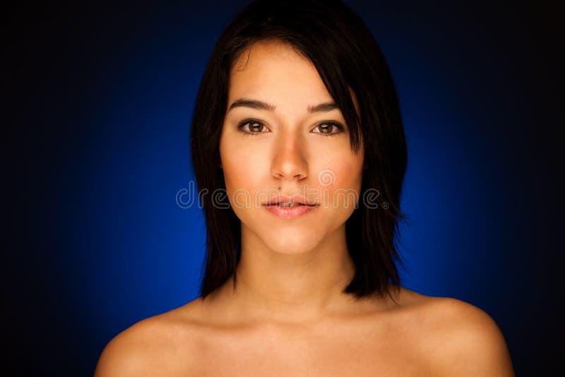 可爱的亚裔女孩秀丽画象黑暗的演播室backgroud的 免版税库存照片