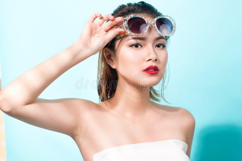 年轻可爱的亚裔妇女五颜六色的画象性感的礼服的 免版税图库摄影
