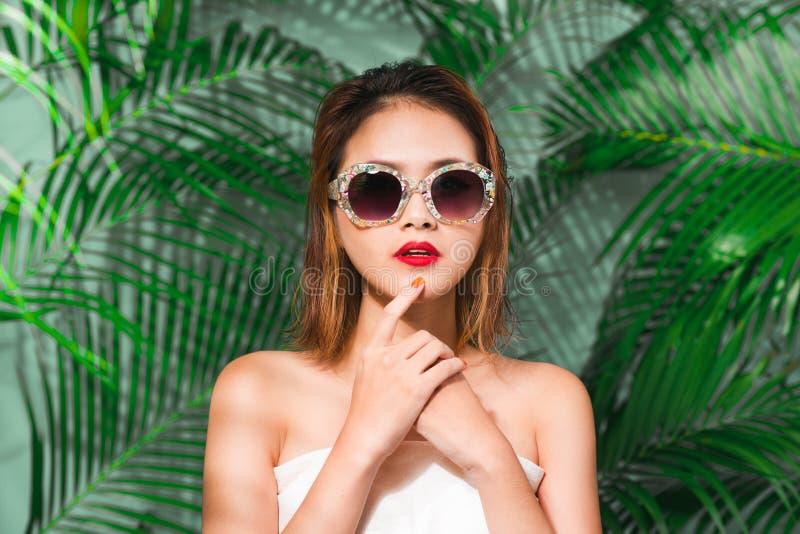 年轻可爱的亚裔妇女五颜六色的画象性感的礼服的 免版税库存图片
