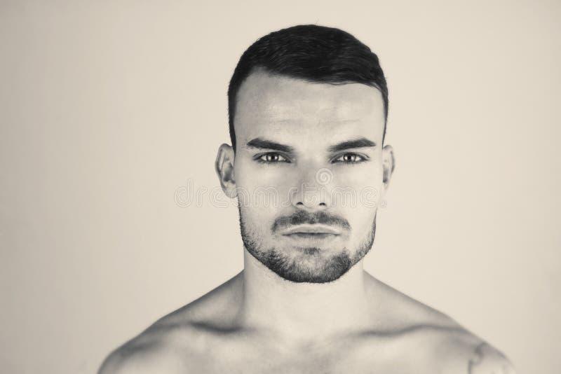 可爱的人被定调子的黑时尚画象有纹身花刺的 英俊的时尚男性模型黑白portrai  严重的人 图库摄影