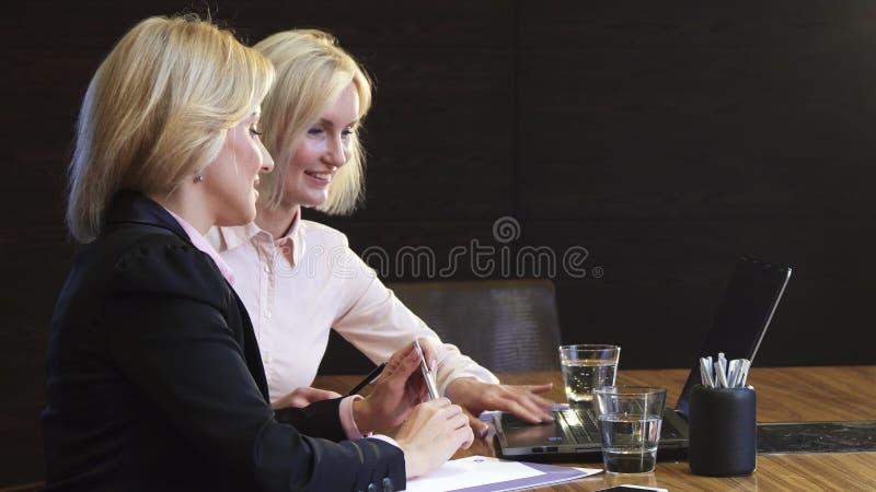 可爱的企业女孩遇见谈论工作问题 免版税库存照片