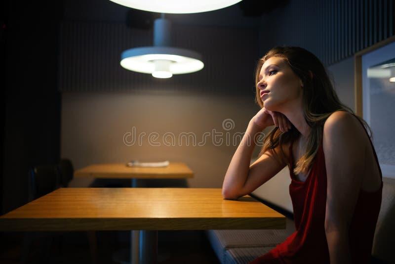 可爱的体贴的沉思年轻女人画象  免版税库存图片