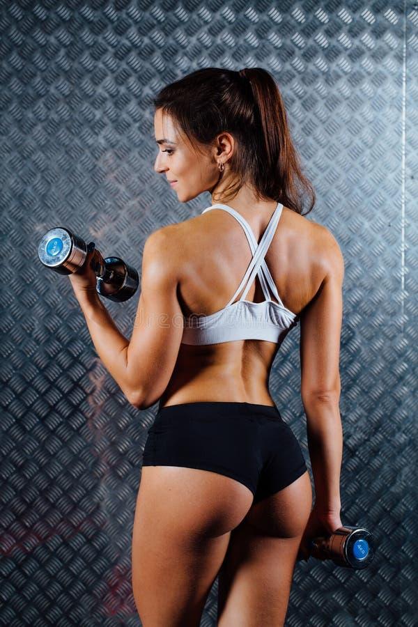 可爱的健身妇女室内画象 免版税库存图片