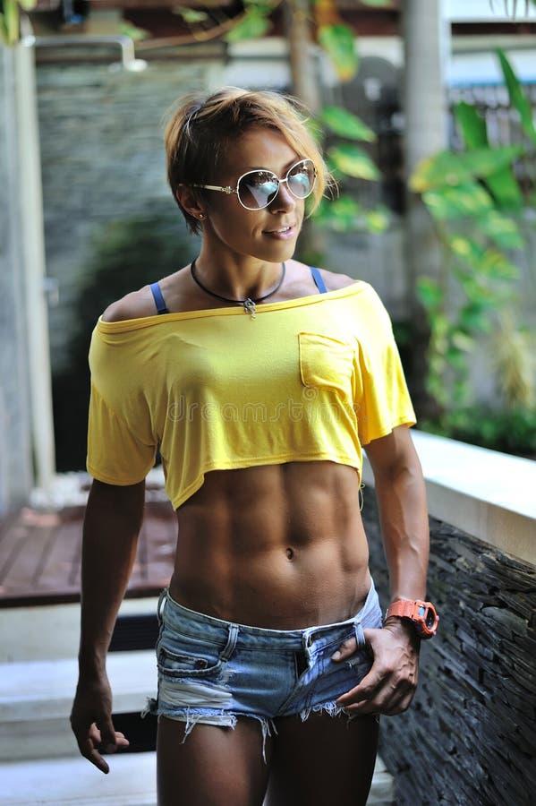 可爱的健身妇女,训练的女性身体,生活方式portrai 免版税库存图片