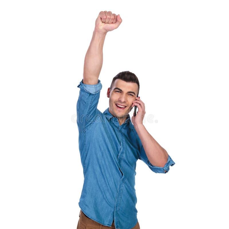 可爱的偶然人发表演讲关于电话和庆祝 免版税库存照片