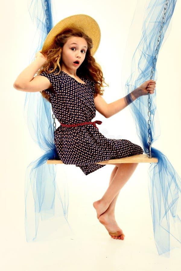 可爱的儿童女孩纵向减速火箭的样式摇摆 免版税库存照片