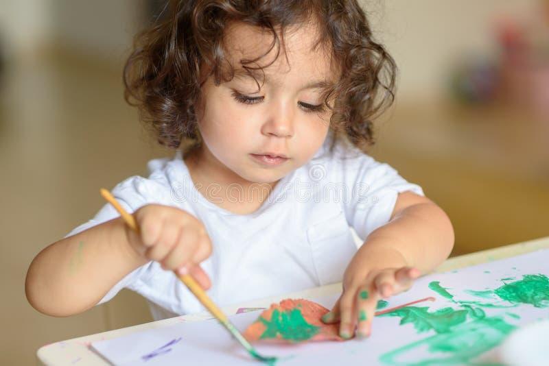 可爱的儿童绘画秋天离开在桌上 库存照片