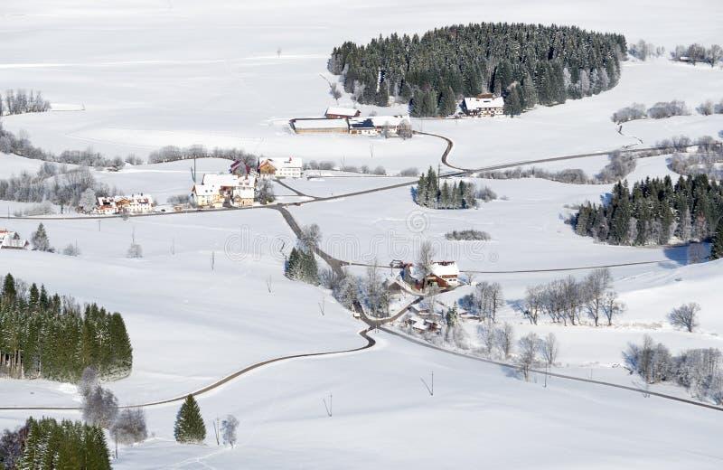 可爱的农村乡下在多雪的冬日 仓库广场和农场鸟瞰图  魏特瑙, Allgau,巴伐利亚,德国 库存照片