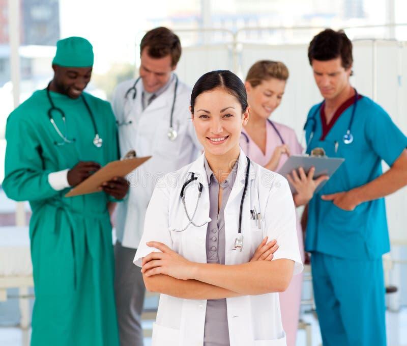 可爱的医生女性她的小组 免版税库存图片