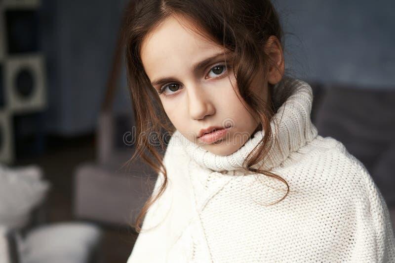 可爱的十几岁的女孩画象  免版税库存照片