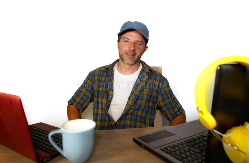 可爱的千福年的商人与便携式计算机一起使用当互联网博客作者和技术怪杰网上成功的工作的a 库存照片
