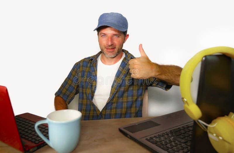 可爱的千福年的商人与便携式计算机一起使用当互联网博客作者和技术怪杰网上成功的工作的a 库存图片