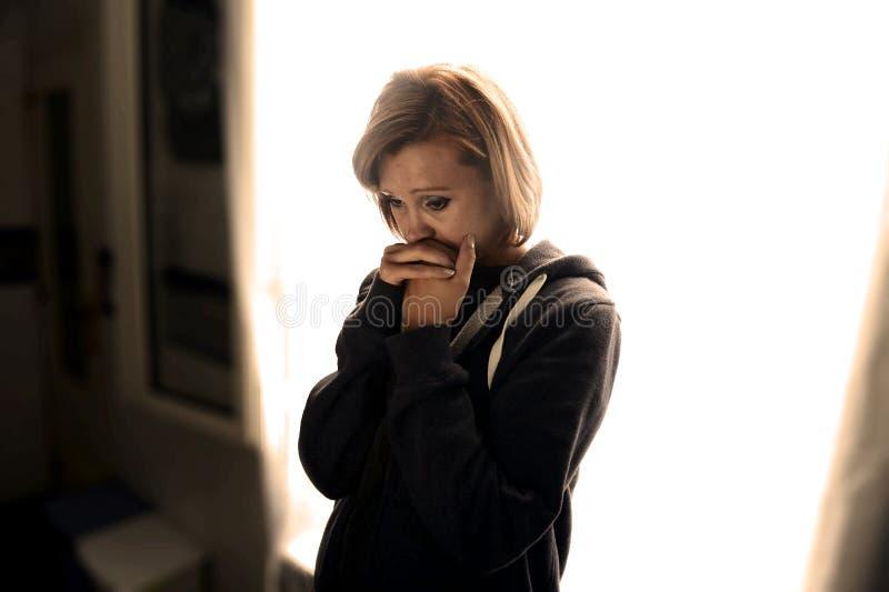 可爱的单独哭泣在痛苦中的妇女遭受的消沉和重音 库存照片